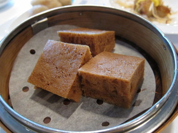 Steamed sponge cakes with black sugar